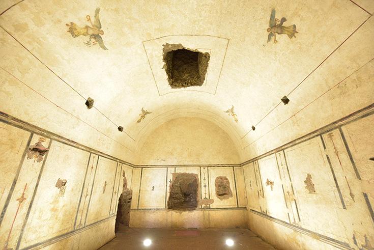 ピラミッド内部の様子。天井には天使が描かれています。